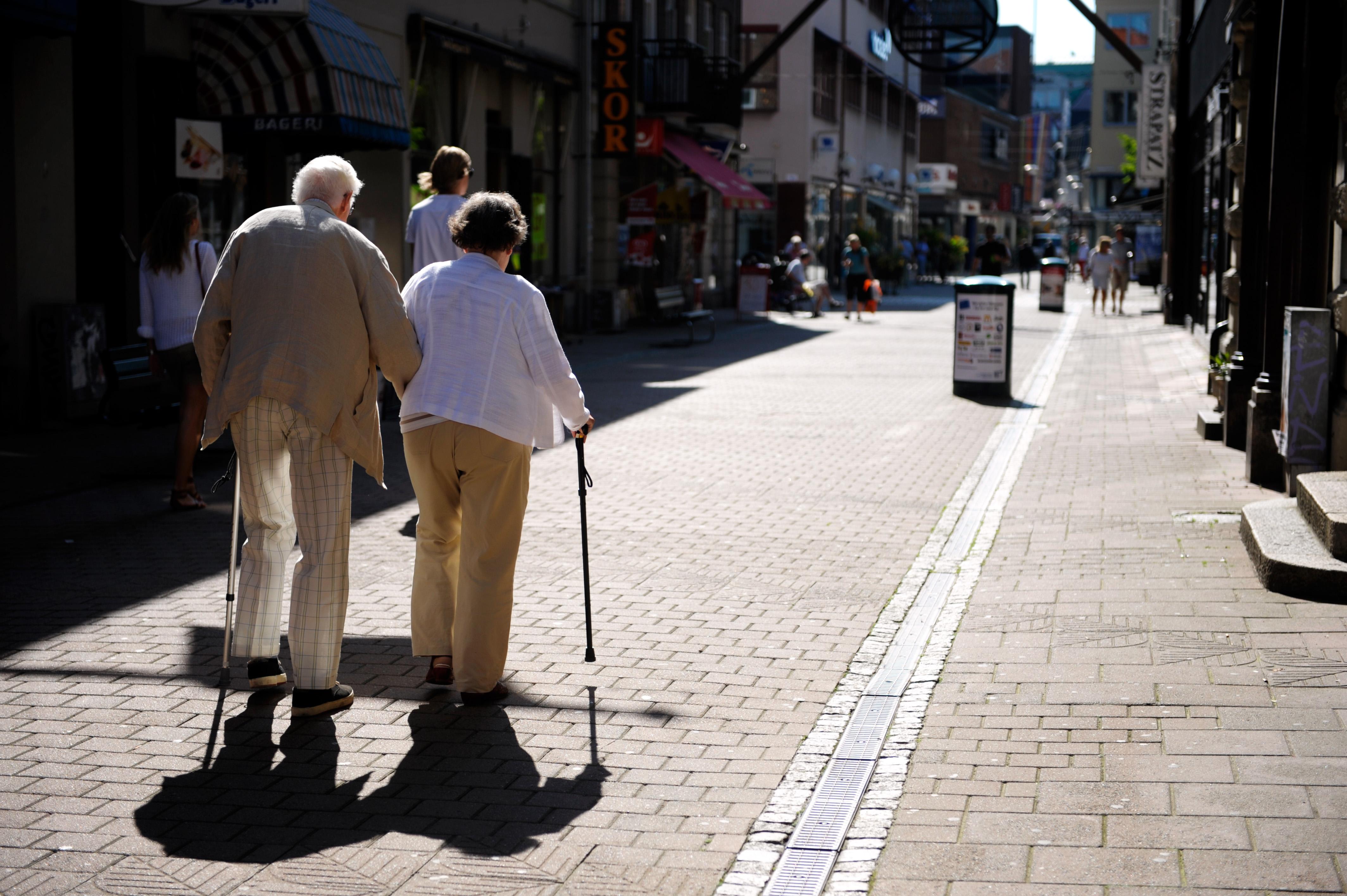 Ett äldre par promenerar